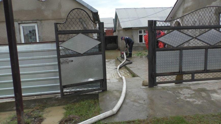 Буковинські рятувальники ведуть роботи з усунення наслідків негоди, фото-1