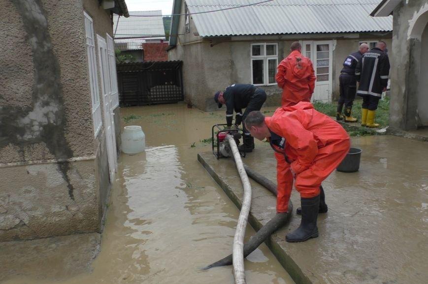 Буковинські рятувальники ведуть роботи з усунення наслідків негоди, фото-2