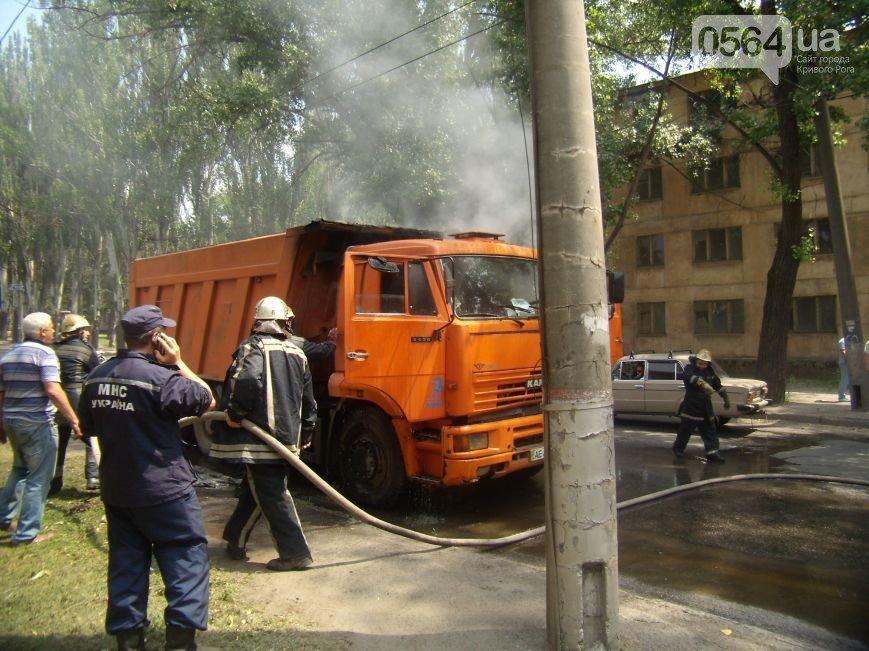 В Кривом Роге: решили поднять тариф на проезд, КАМАЗ загорелся на ходу, соседи спасали квартиру пенсионерки от пожара (фото) - фото 2