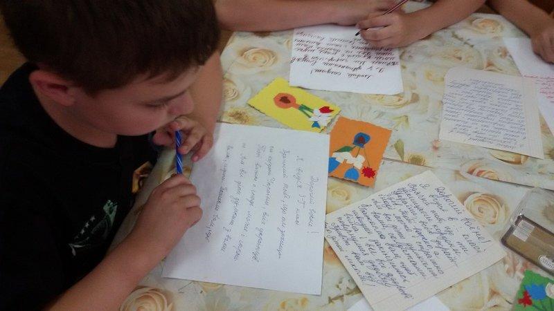 Школьники Днепропетровщины передали бойцам АТО рисунки и обереги (фото) - фото 1