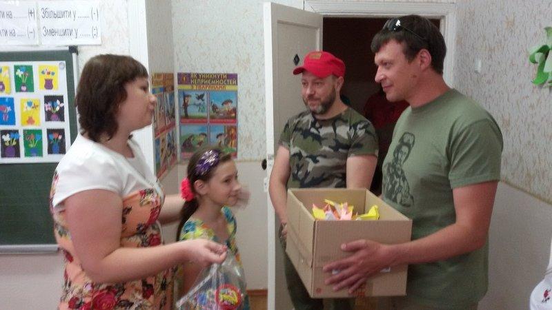 Школьники Днепропетровщины передали бойцам АТО рисунки и обереги (фото) - фото 3
