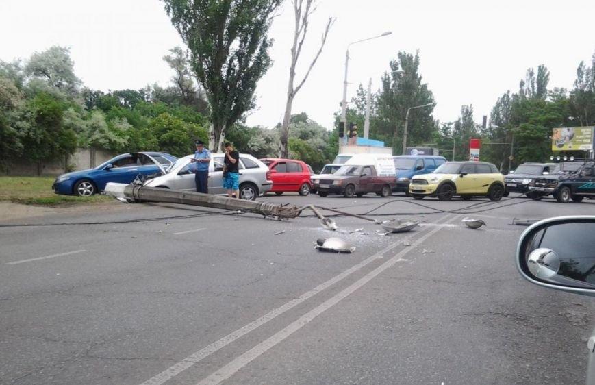 Очевидцы: На выезде из Одессы легковик повалил столб на маршрутку (ФОТО) (фото) - фото 1
