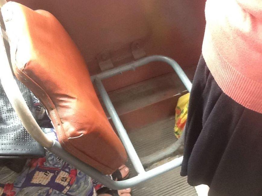 В одесском троллейбусе пассажиры рискуют провалиться в дыру на полу (ФОТОФАКТ) (фото) - фото 1