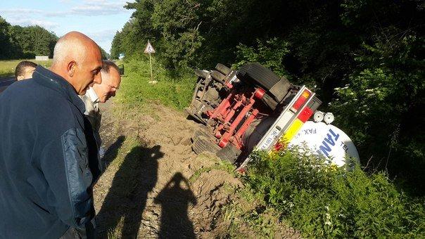 На Львівщині перекинулася вантажівка (ФОТО) (фото) - фото 1