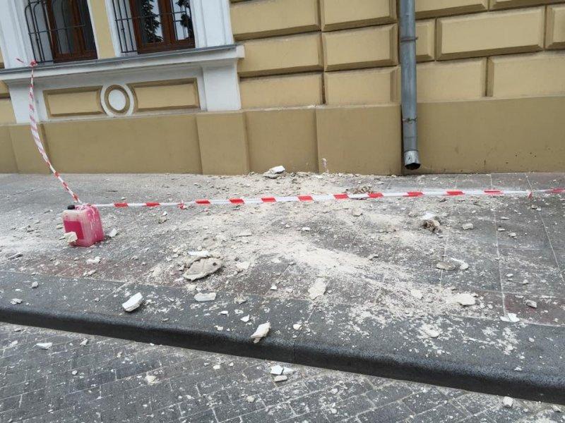 В центре Одессы под ноги прохожим рухнул карниз (ФОТО) (фото) - фото 1