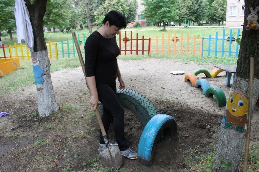 В Кривом Роге «при поддержке» молодых мамочек появилась детская площадка (ФОТО), фото-14