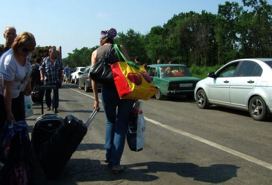 Из-за отмены автобусного сообщения с «ДНР» люди на блокпостах шли пешком (ФОТОРЕПОРТАЖ) (фото) - фото 4