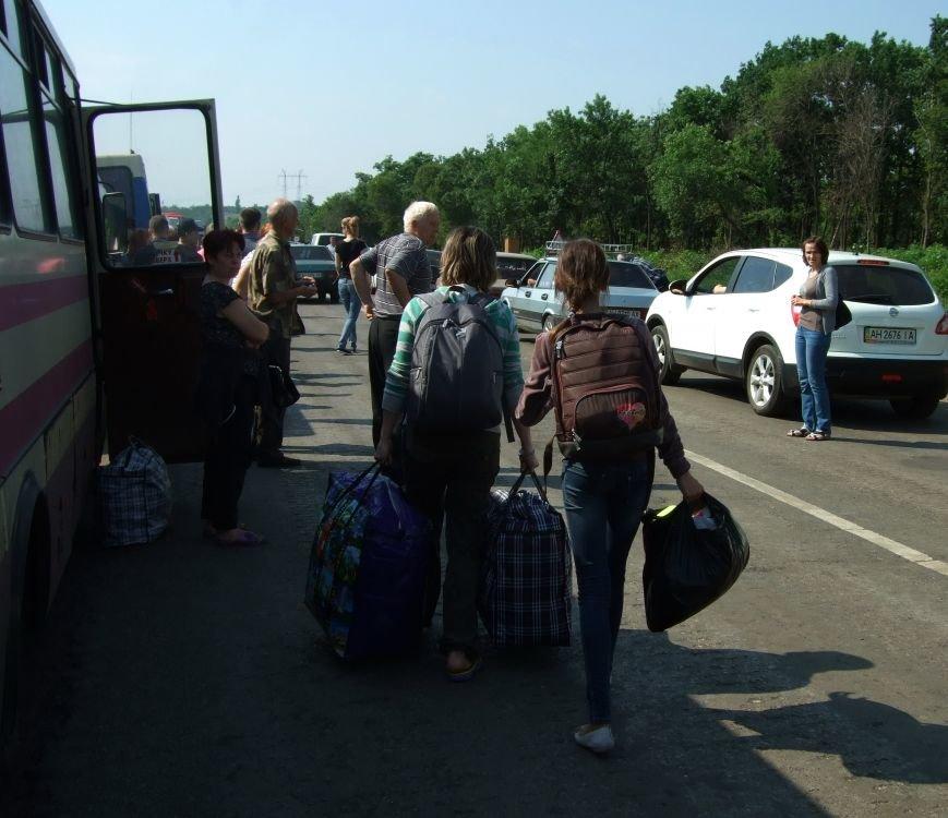 Из-за отмены автобусного сообщения с «ДНР» люди на блокпостах шли пешком (ФОТОРЕПОРТАЖ) (фото) - фото 8