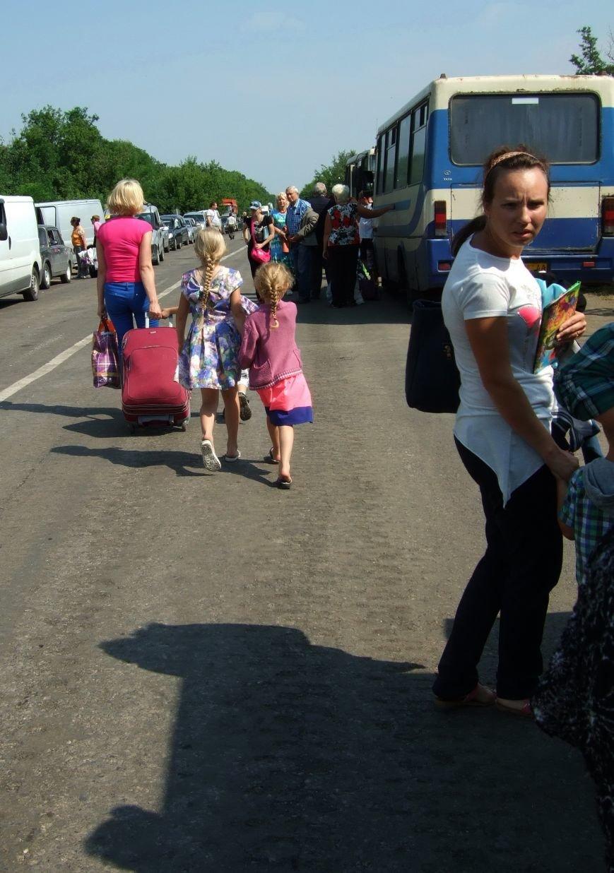 Из-за отмены автобусного сообщения с «ДНР» люди на блокпостах шли пешком (ФОТОРЕПОРТАЖ) (фото) - фото 9