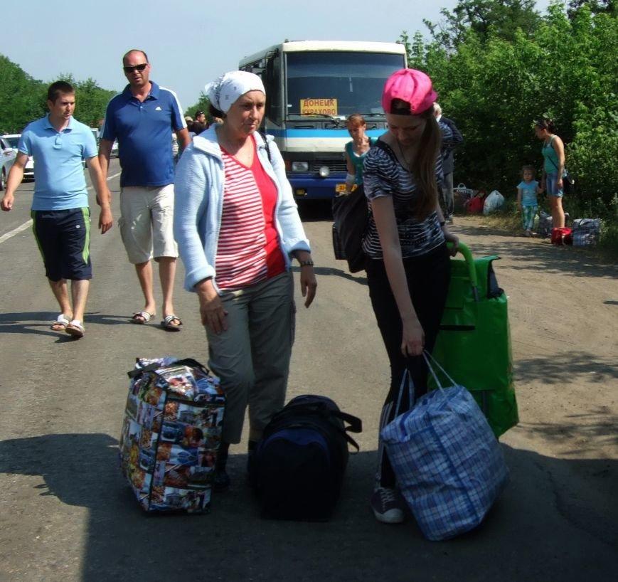 Из-за отмены автобусного сообщения с «ДНР» люди на блокпостах шли пешком (ФОТОРЕПОРТАЖ) (фото) - фото 5