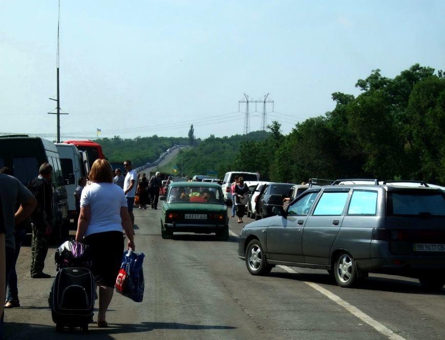 Из-за отмены автобусного сообщения с «ДНР» люди на блокпостах шли пешком (ФОТОРЕПОРТАЖ) (фото) - фото 3
