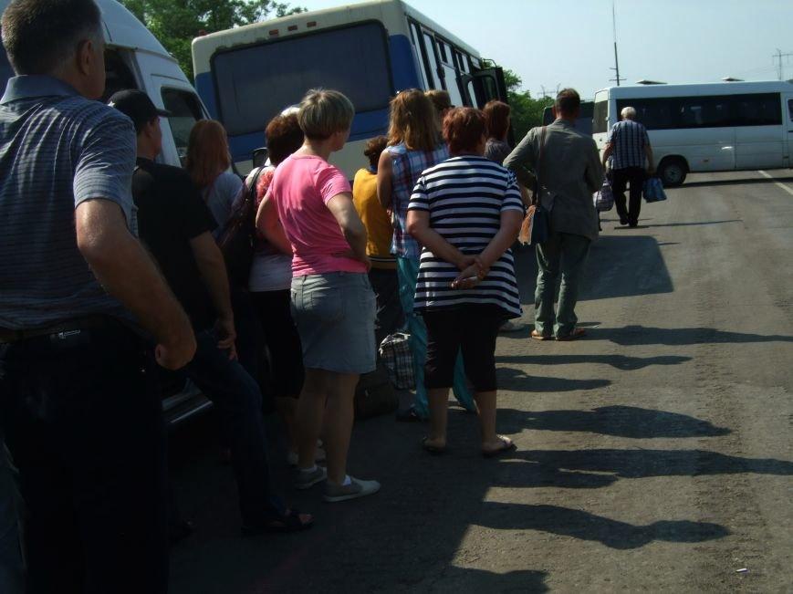 Из-за отмены автобусного сообщения с «ДНР» люди на блокпостах шли пешком (ФОТОРЕПОРТАЖ) (фото) - фото 6