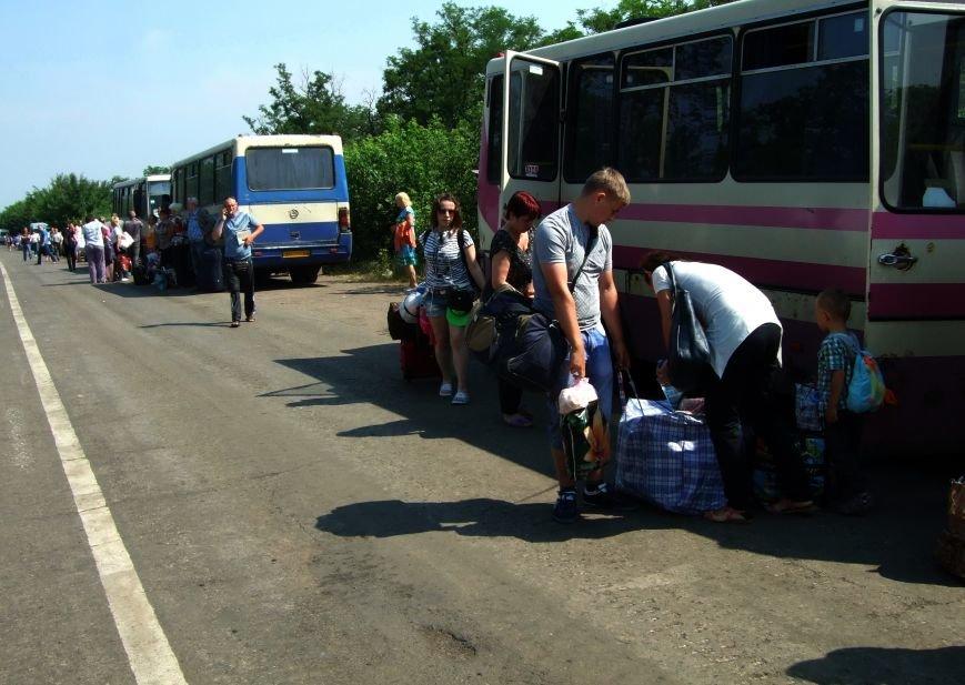 Из-за отмены автобусного сообщения с «ДНР» люди на блокпостах шли пешком (ФОТОРЕПОРТАЖ) (фото) - фото 1