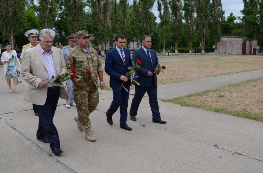 Губернатор Николаевщины стал на колени перед памятником водолазам-разведчикам (ФОТОРЕПОРТАЖ) (фото) - фото 2