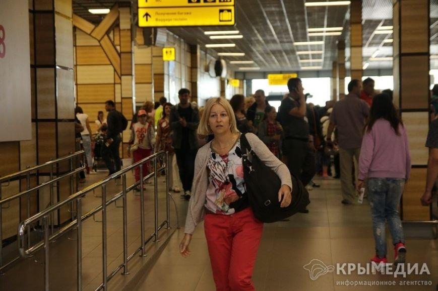 Миллионный турист прилетела в Крым из Санкт-Петербурга. Сегодня ее встретили в аэропорту Симферополя (фото) - фото 1