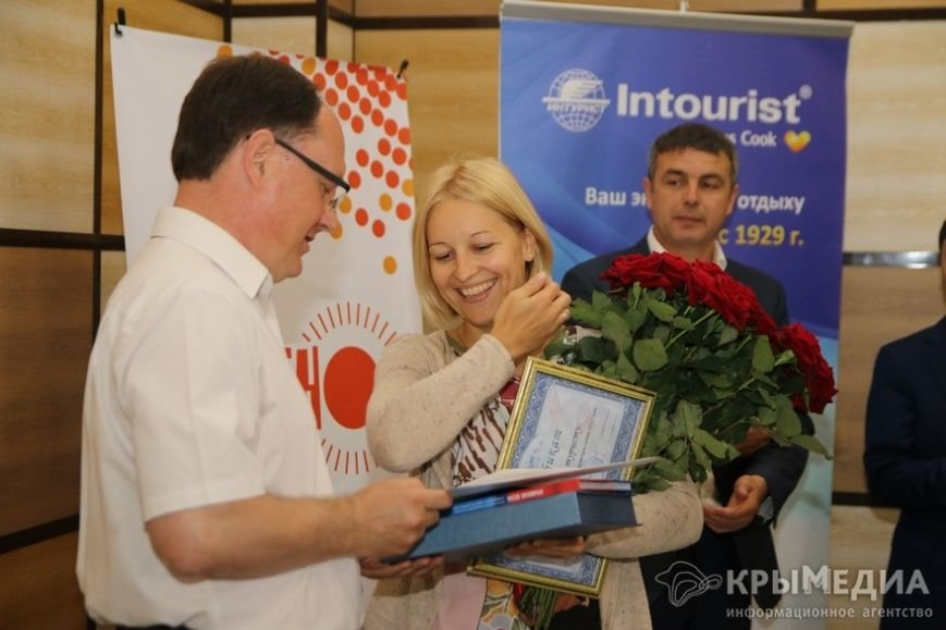 Миллионный турист прилетела в Крым из Санкт-Петербурга. Сегодня ее встретили в аэропорту Симферополя (фото) - фото 2