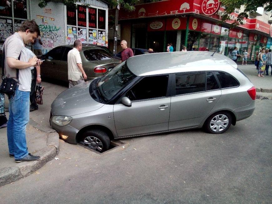 В Запорожье на проспекте автомобиль провалился в яму (ФОТОФАКТ) (фото) - фото 1