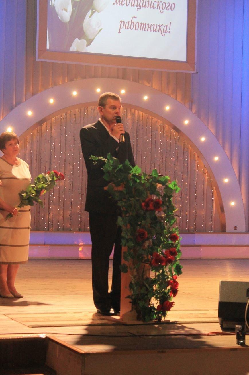 Замминистра здравоохранения поздравил Артемовских медиков с профессиональным праздником (фото) - фото 1