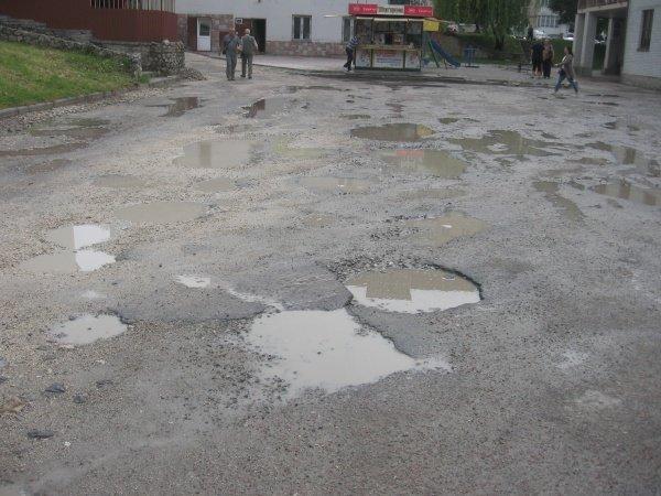 Тернопільські дороги виглядають, як після воєнних дій (фото) (фото) - фото 1