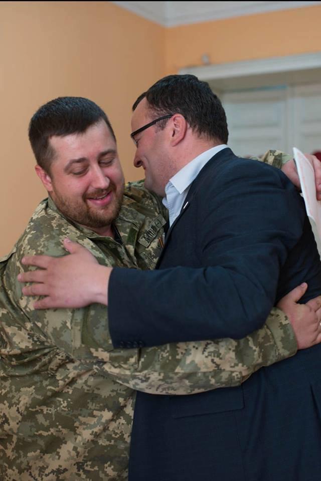 У Чернівцях офіційно оформили шлюб  айдарівець і його кохана. Молодят привітав мер Олексій Каспрук (ФОТО) (фото) - фото 1