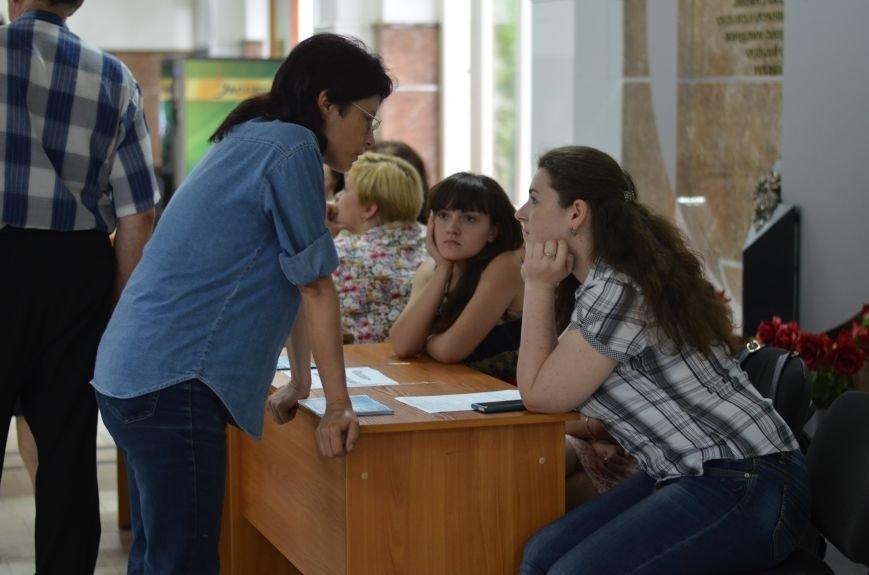 В Симферополе стартовала вступительная кампания в вузы. Заявлений пока мало — выпускники школ еще не получили аттестаты (ФОТО), фото-6