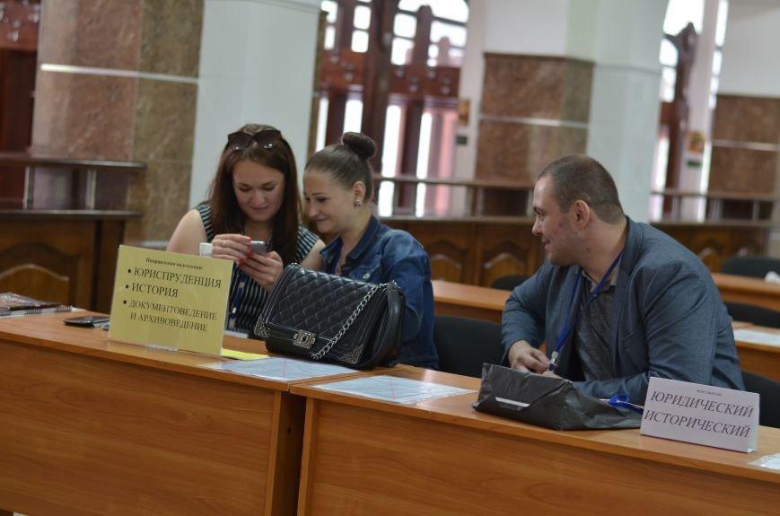 В Симферополе стартовала вступительная кампания в вузы. Заявлений пока мало — выпускники школ еще не получили аттестаты (ФОТО), фото-4