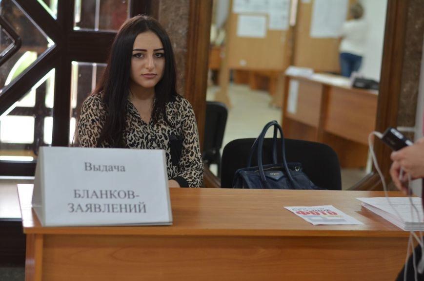 В Симферополе стартовала вступительная кампания в вузы. Заявлений пока мало — выпускники школ еще не получили аттестаты (ФОТО), фото-5