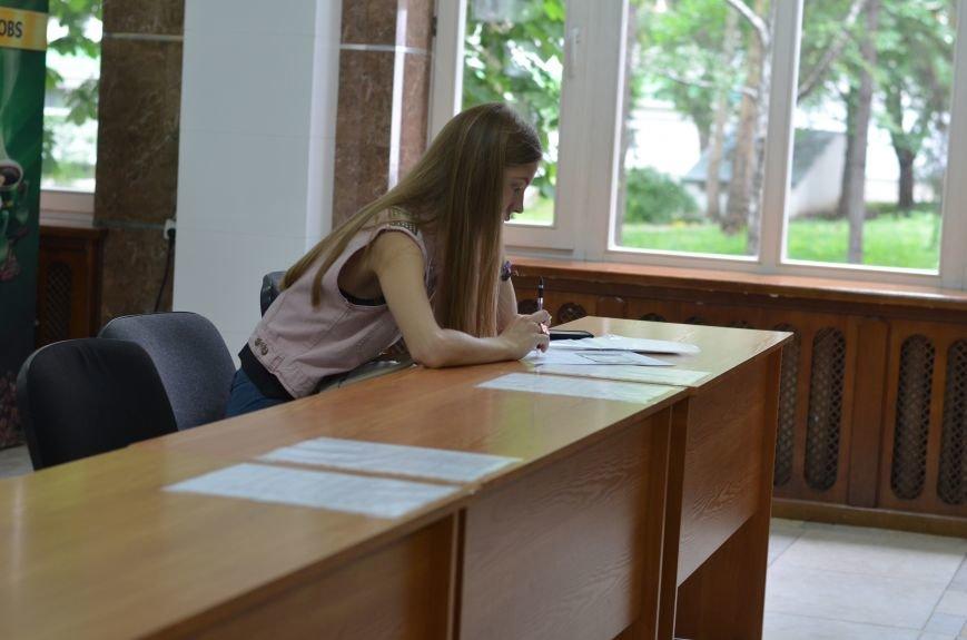 В Симферополе стартовала вступительная кампания в вузы. Заявлений пока мало — выпускники школ еще не получили аттестаты (ФОТО), фото-1