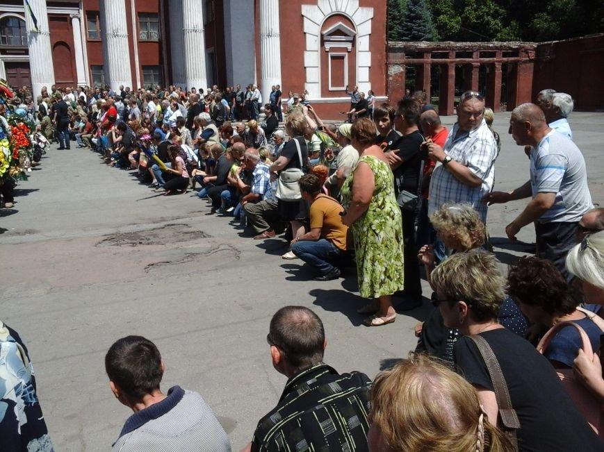 Сотни криворожан, став на колени, провели в последний путь бойца ДУКа Геннадия Дощенко (ФОТО), фото-48