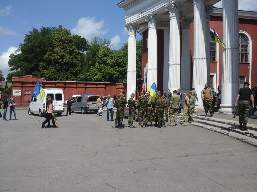 Сотни криворожан, став на колени, провели в последний путь бойца ДУКа Геннадия Дощенко (ФОТО), фото-7