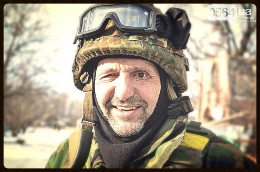 Сотни криворожан, став на колени, провели в последний путь бойца ДУКа Геннадия Дощенко (ФОТО) (фото) - фото 1