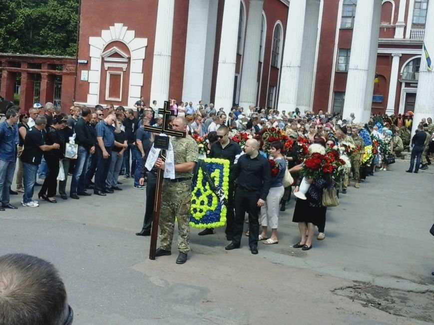 Сотни криворожан, став на колени, провели в последний путь бойца ДУКа Геннадия Дощенко (ФОТО), фото-38