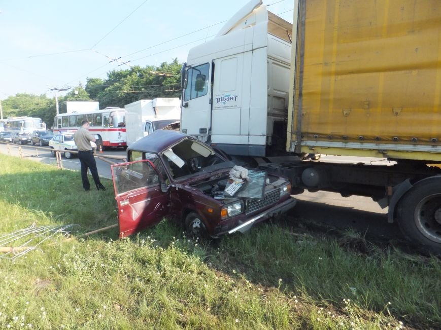 В Кировограде произошло шокирующие ДТП - грузовик практически уничтожил легковой автомобиль. ФОТО (фото) - фото 1