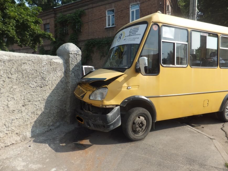 В Кировограде произошло ДТП  - маршрутка и внедорожник протаранили дом. ФОТО (фото) - фото 1