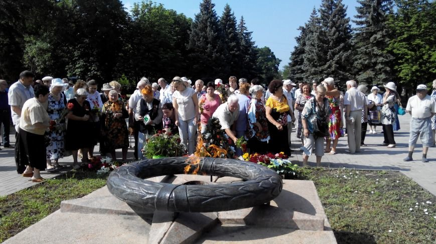 В Краматорске в День скорби у Вечного огня возложили цветы (ФОТО и ВИДЕО) (фото) - фото 6