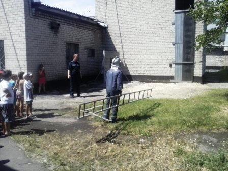 Школьники тушили пожар и самостоятельно спасались с третьего этажа (фото) - фото 1