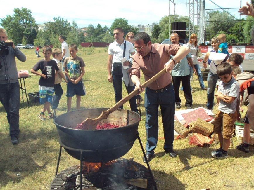 Геннадий Корбан и его черниговские помощники накормили жителей Чернигова борщом (фото) - фото 1
