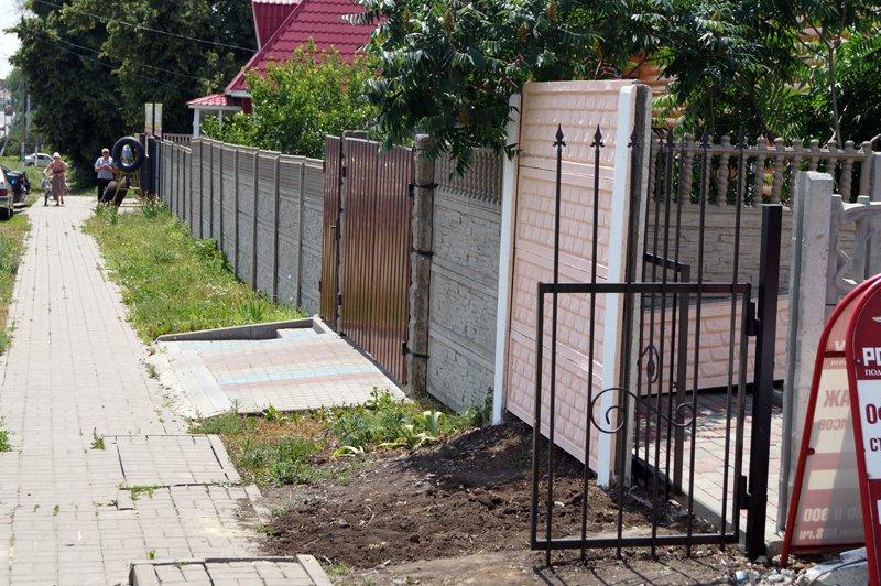 Замурованный бизнес. Администрация Строителя возвела забор вокруг дома неугодной предпринимательницы (фото) - фото 1