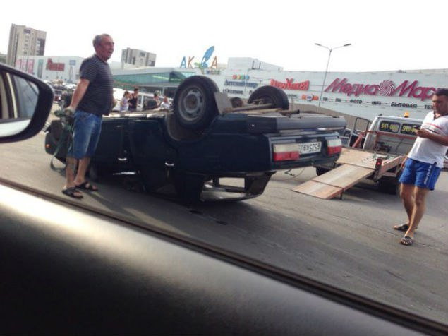 На мосту через Свиягу перевернулись два автомобиля. (фото) - фото 1