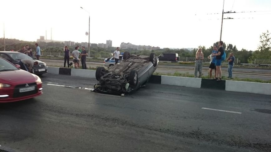На мосту через Свиягу перевернулись два автомобиля. (фото) - фото 2