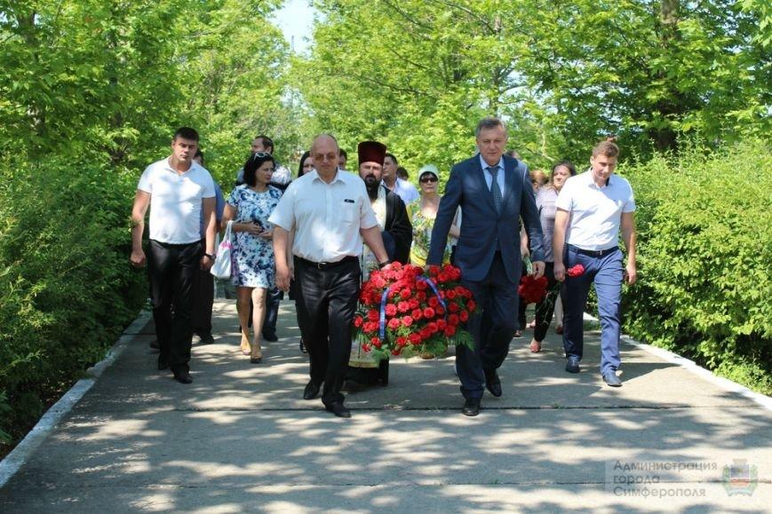 В День памяти и скорби в Симферополе почтили память павших героев-освободителей (ФОТОРЕПОРТАЖ) (фото) - фото 14