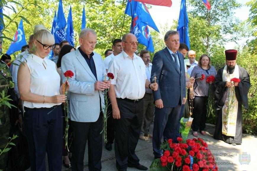 В День памяти и скорби в Симферополе почтили память павших героев-освободителей (ФОТОРЕПОРТАЖ) (фото) - фото 16