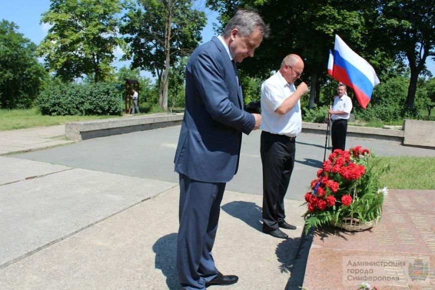 В День памяти и скорби в Симферополе почтили память павших героев-освободителей (ФОТОРЕПОРТАЖ) (фото) - фото 17