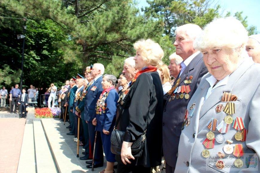 В День памяти и скорби в Симферополе почтили память павших героев-освободителей (ФОТОРЕПОРТАЖ) (фото) - фото 9