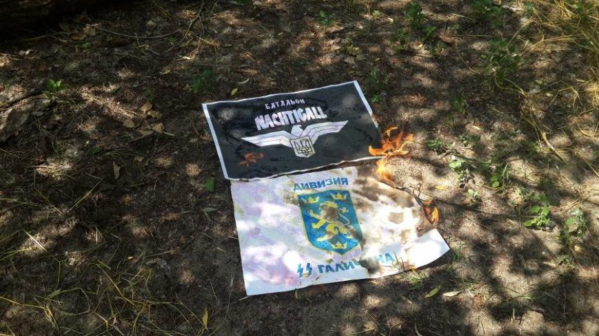 В Запорожье Аллее Славы почтили память погибших в ВОВ и сожгли флаги дивизии СС «Галичина» и легиона «Нахтигаль» (ФОТО) (фото) - фото 2