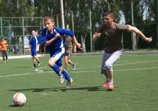 Военные отметили День медика игрой в футбол в Красноармейске (фото) - фото 2