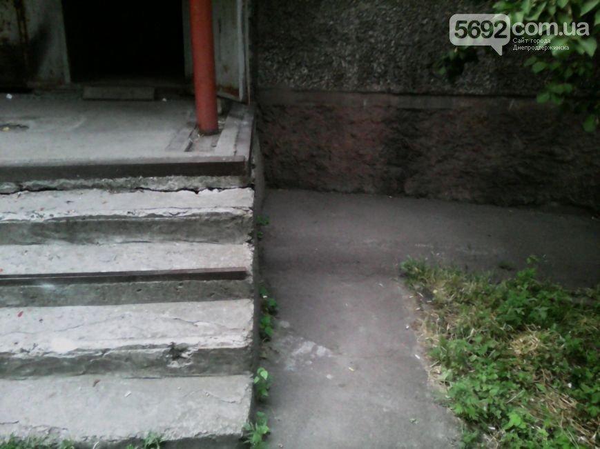 В Днепродзержинске во дворе жилого дома мужчина спас жену и ребенка от ДТП (фото) - фото 4