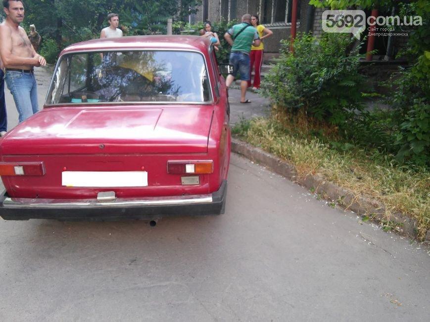 В Днепродзержинске во дворе жилого дома мужчина спас жену и ребенка от ДТП (фото) - фото 2