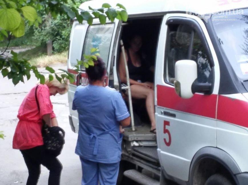 В Днепродзержинске во дворе жилого дома мужчина спас жену и ребенка от ДТП (фото) - фото 10