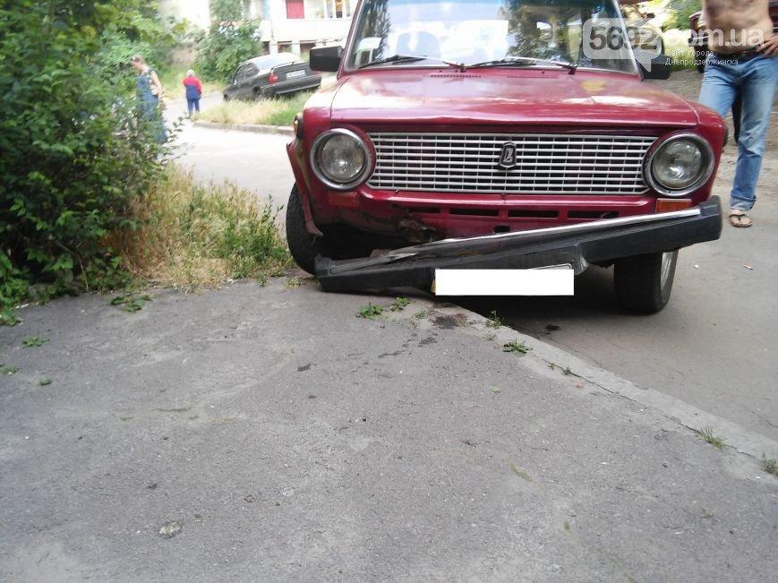 В Днепродзержинске во дворе жилого дома мужчина спас жену и ребенка от ДТП (фото) - фото 3